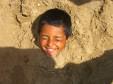 Kinder wachsen aus dem Sand (Ausflug im Sport- und Freizeitpark)