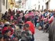 Frauen und Kinder warten geduldig in Cusco auf ihr Weihnachtsgeschenk - eine Tasse heisse Schokolade